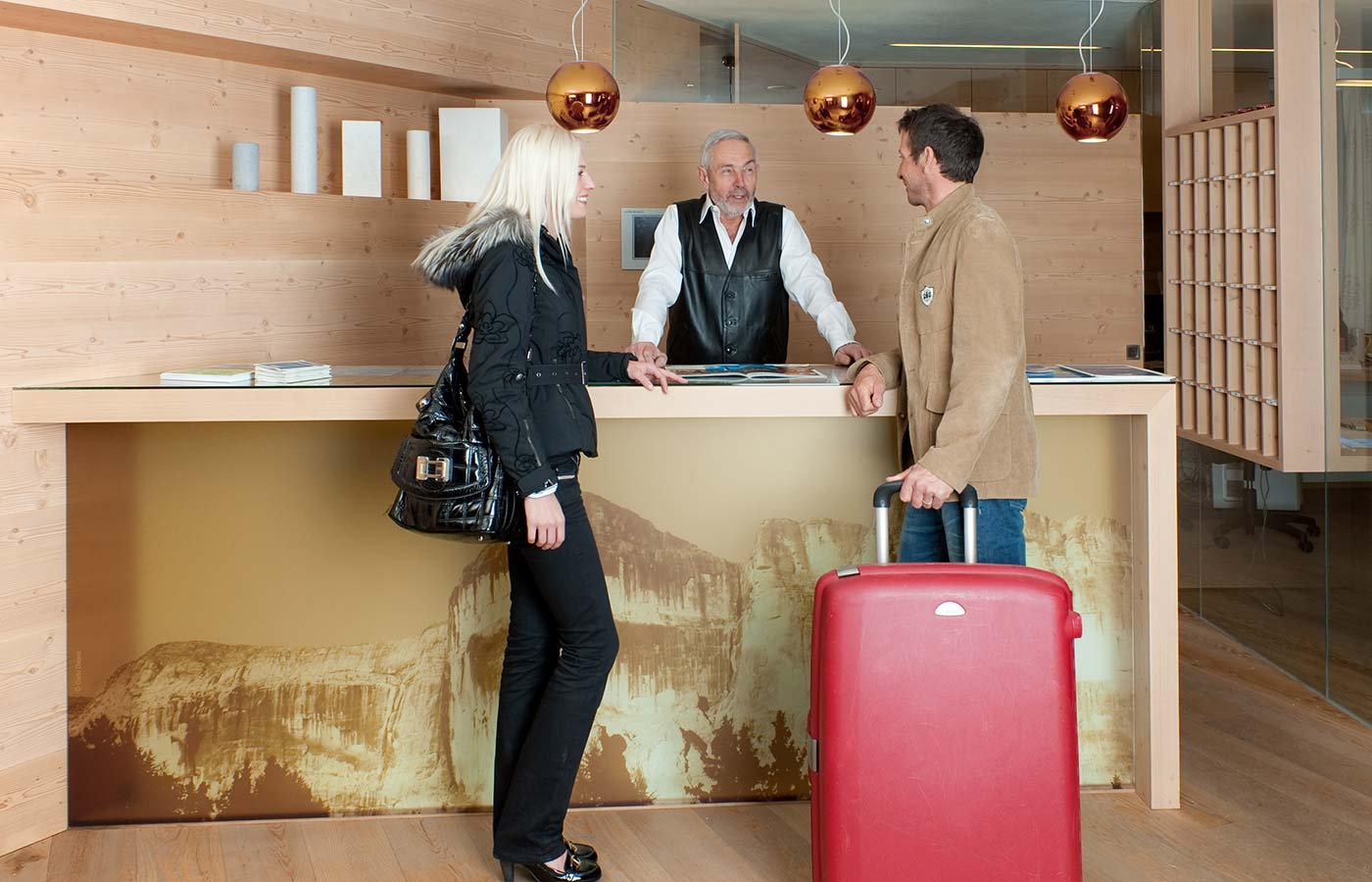 Due ospiti stanno facendo check-in all'Hotel Cavallino