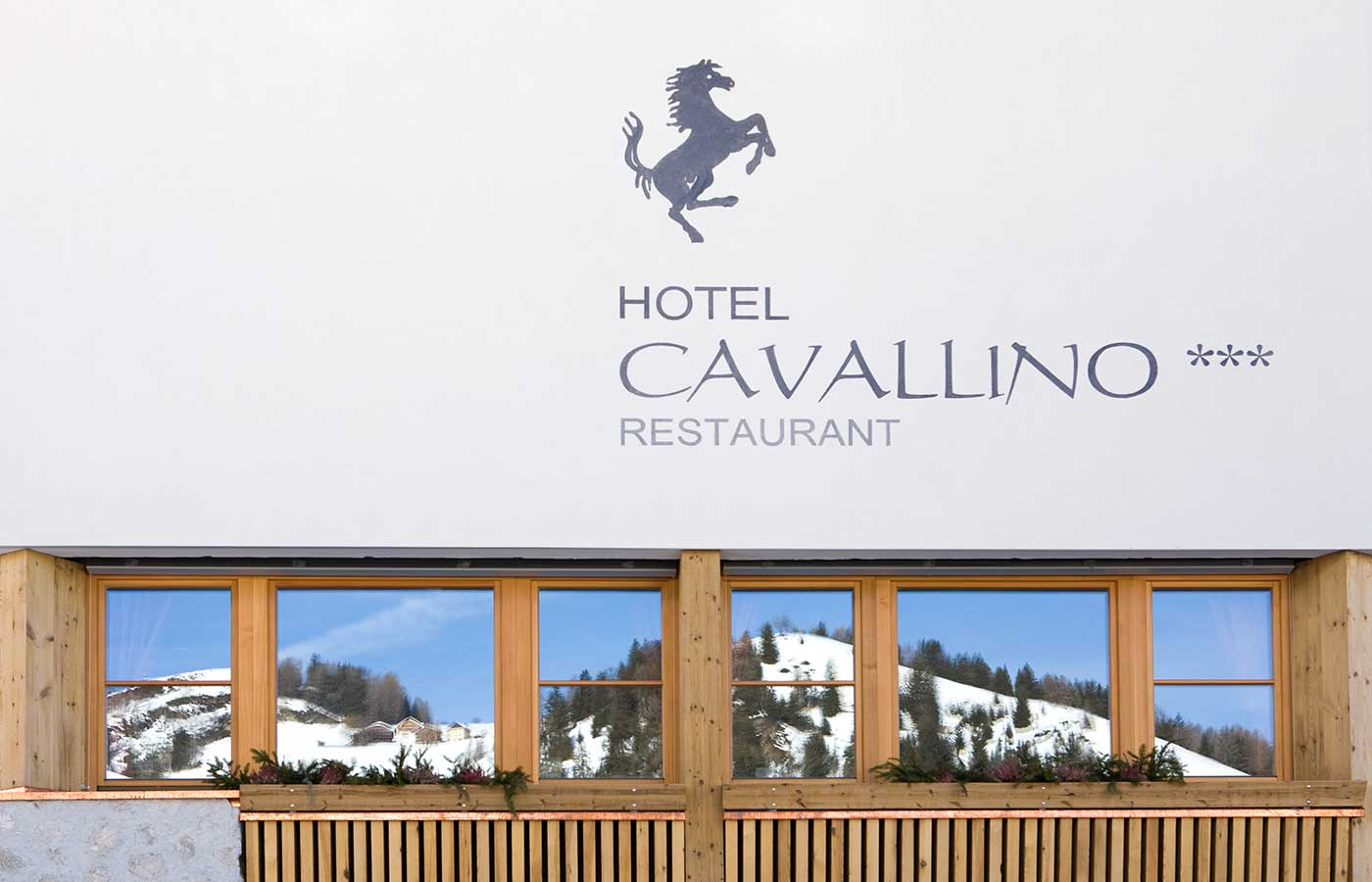 Writing 'Hotel Cavallino' at the front