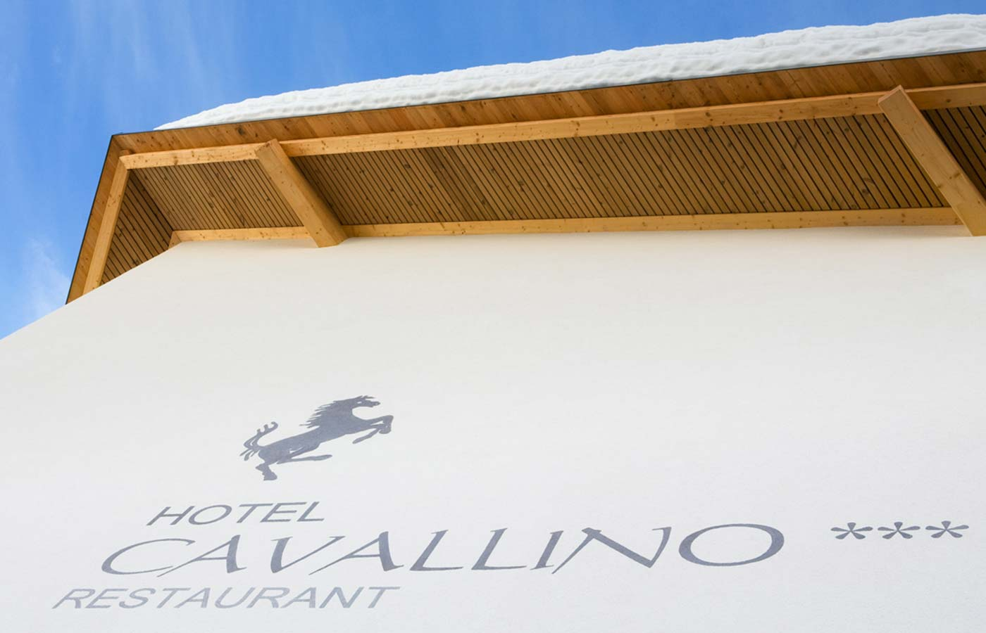 Writing 'Hotel Cavallino' on the hotel front
