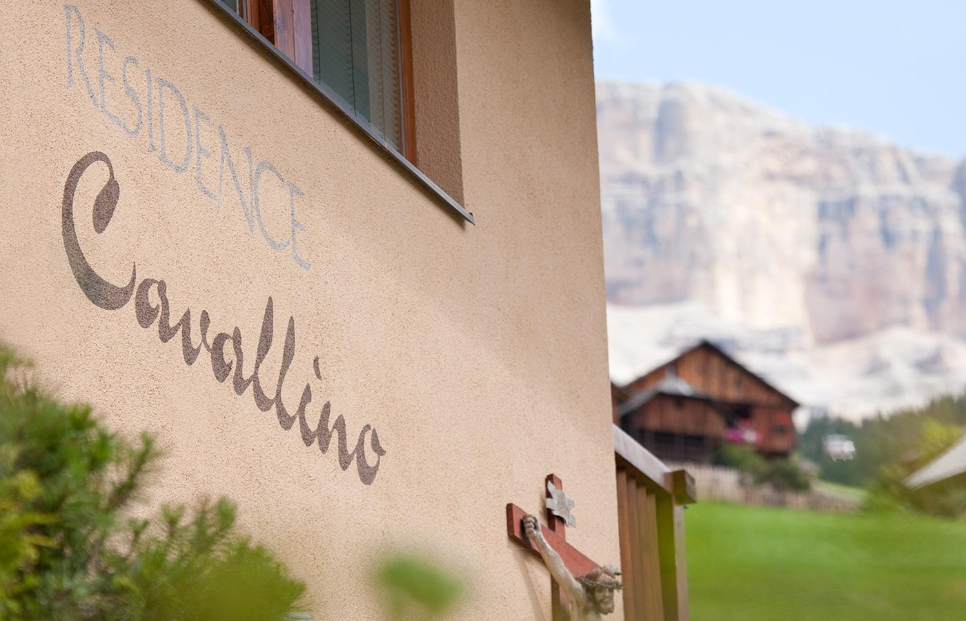 Writing 'Cavallino' on the hotel front